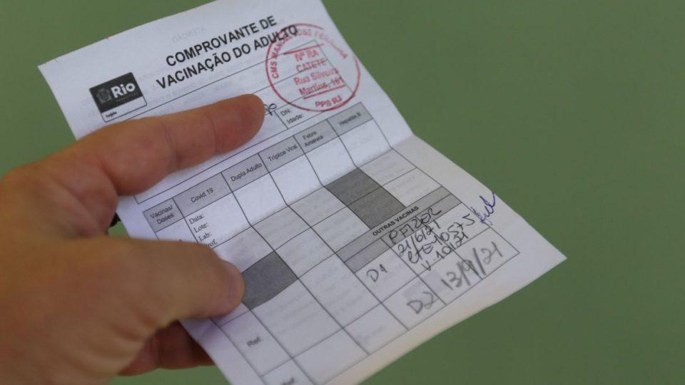 Liberada emissão de certificado para quem tomou vacinas diferentes para Covid