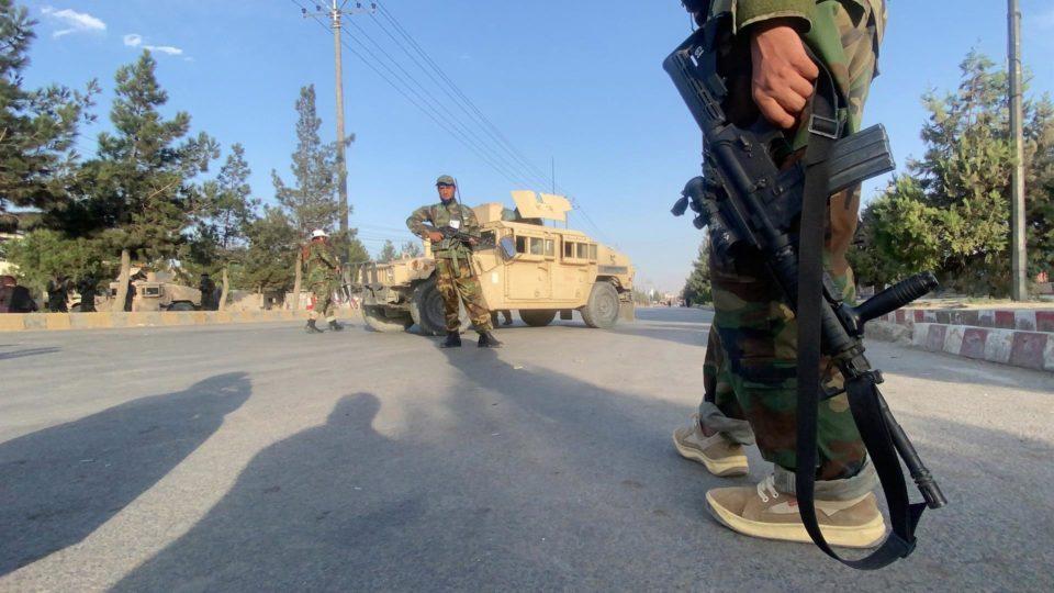 Talibã patrulha os arredores do aeroporto de Cabul. Retirada de tropas americanas continua