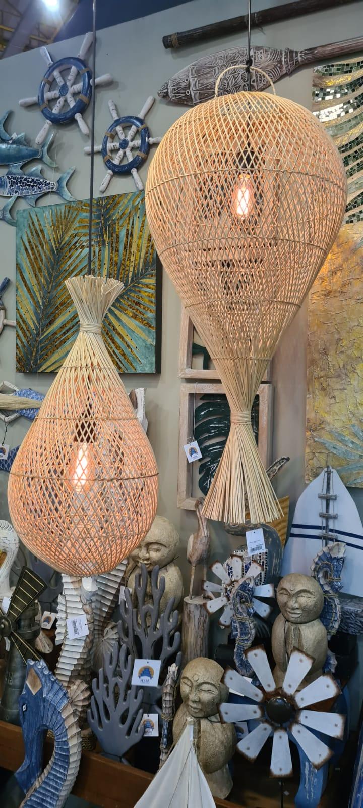 Luminárias que lembram armadilhas de pesca tradicionais feitas de palha pela Empresa Ásia Conection.