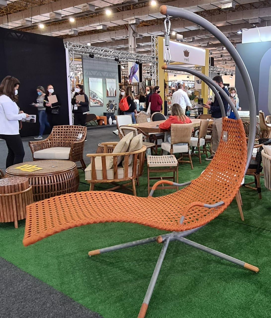 Mobiliário em um tom terracota.