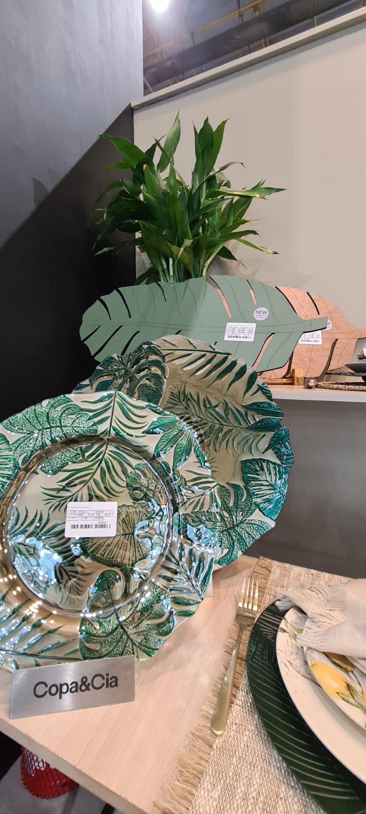 Decoração de mesa da Copa & Cia inspirada em folhagens de diversos tipos e tamanhos.