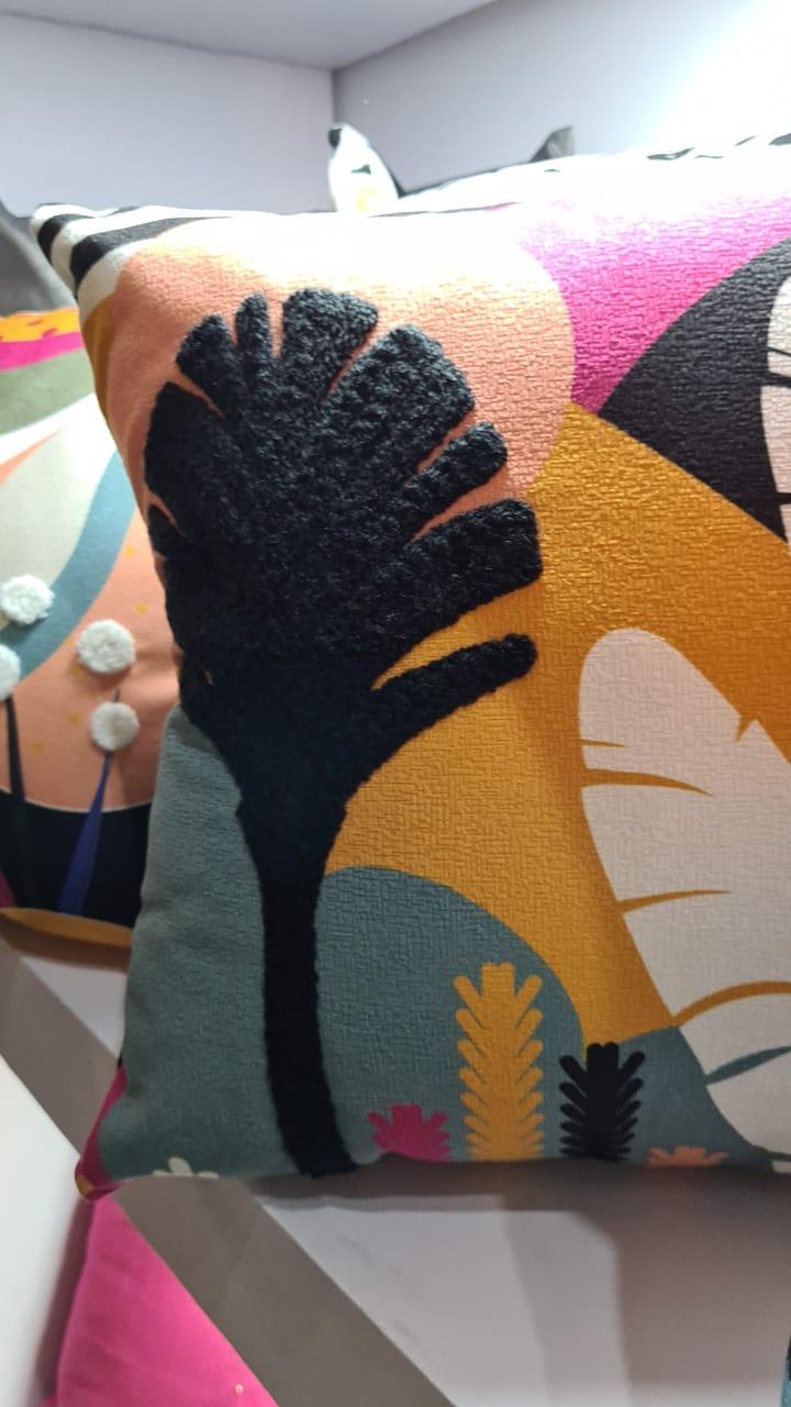 Almofada da Belchior Almofadas com temática biofílica, como árvores e penas.