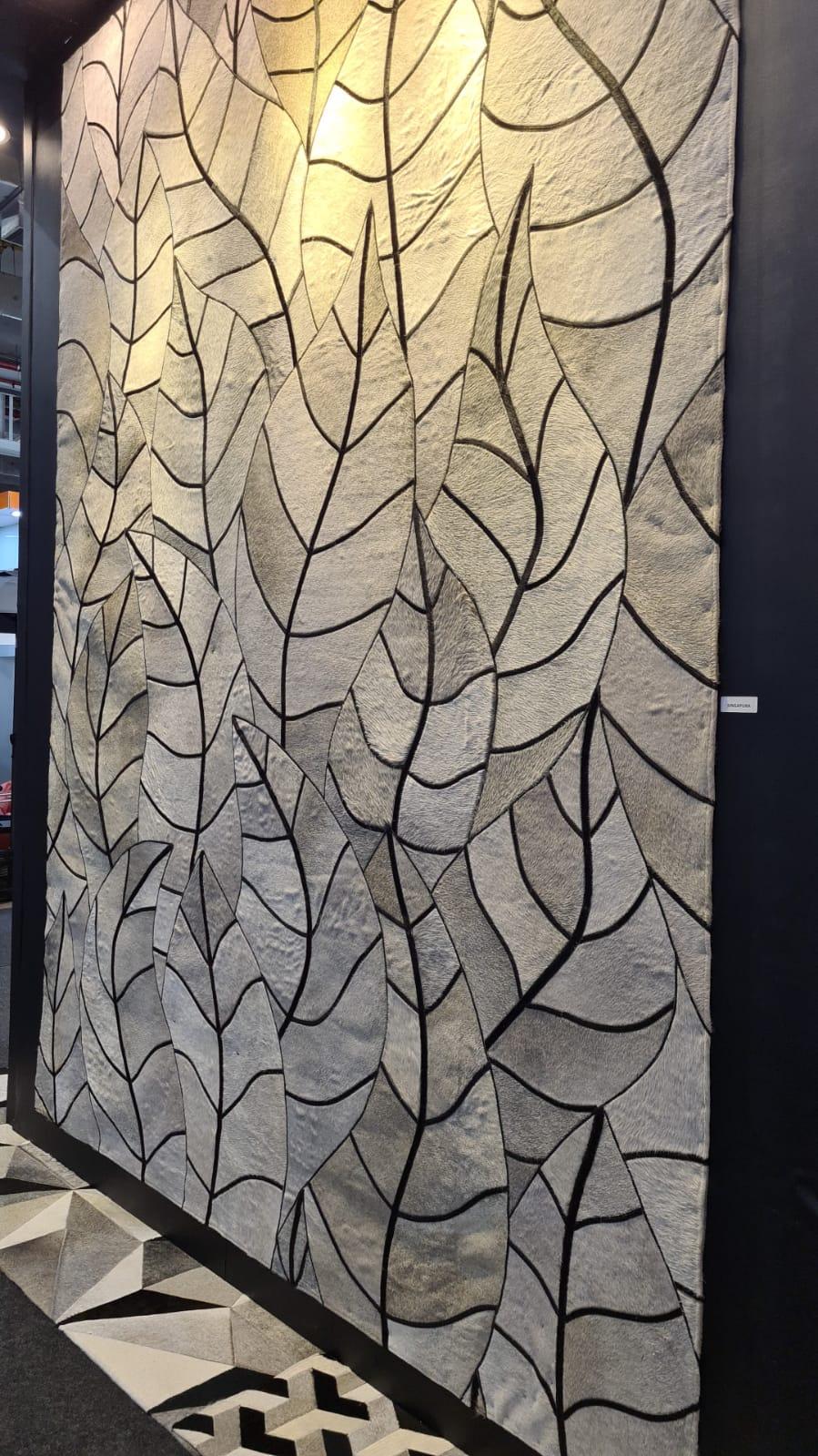 Tapete Folhas da Tapecouro no formato orgânico de diversas folhas lado a lado.