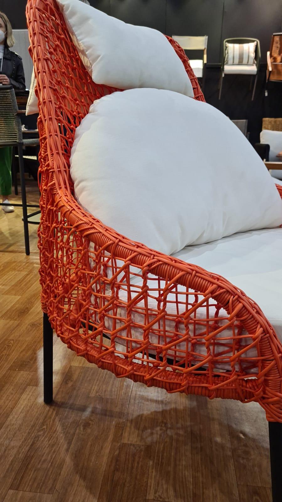Mobiliário laranja com uma pegada entre o coral e o terracota, na Arte Objetos.