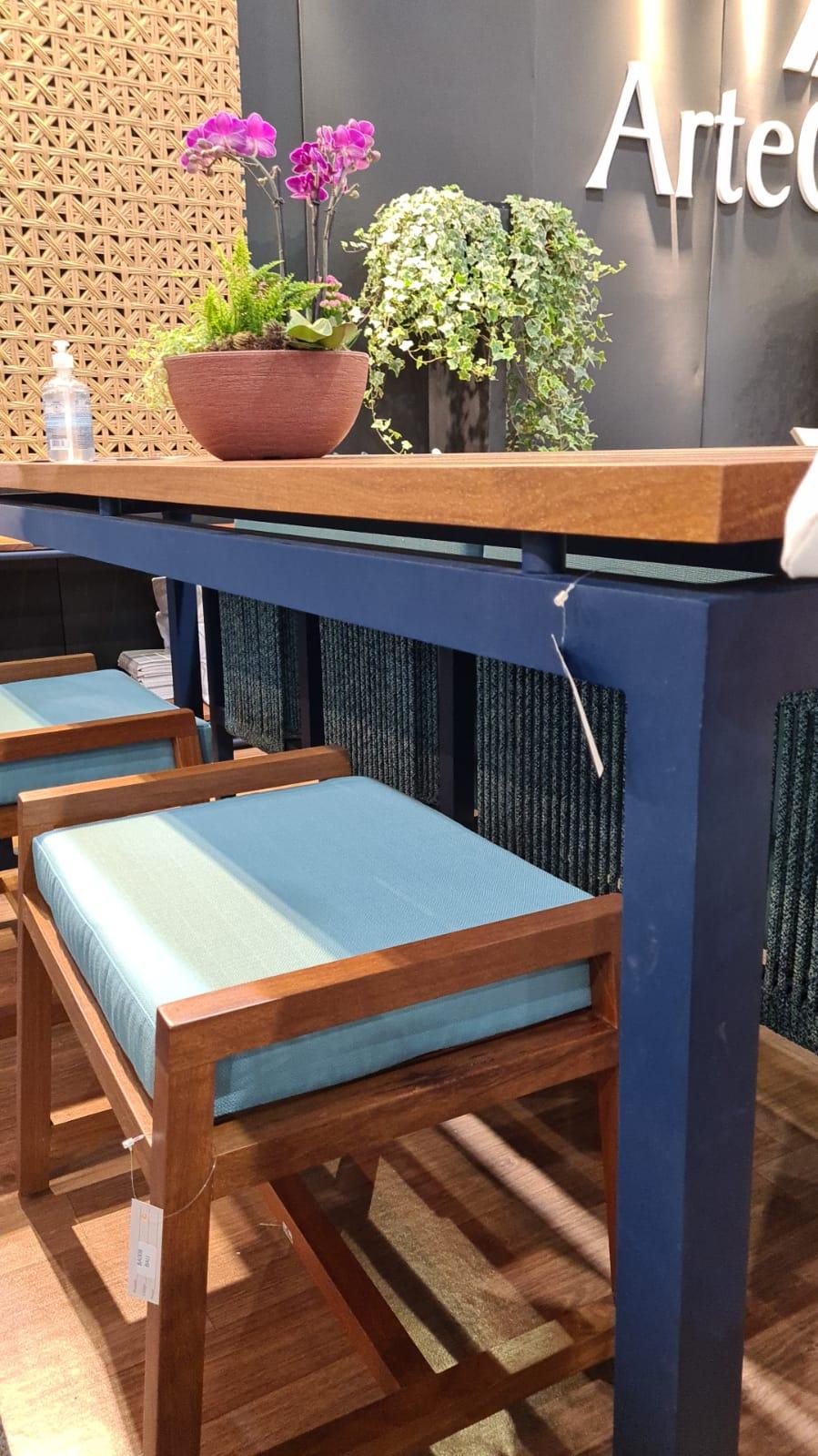 Móveis com acabamento em azul da Arte Objetos.