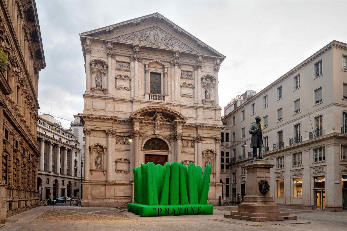 Super Pratone em versão gigante de 8 m² e mais de 5 metros de altura no Fuorisalone 2021, que integra a Semana de Design de Milão.