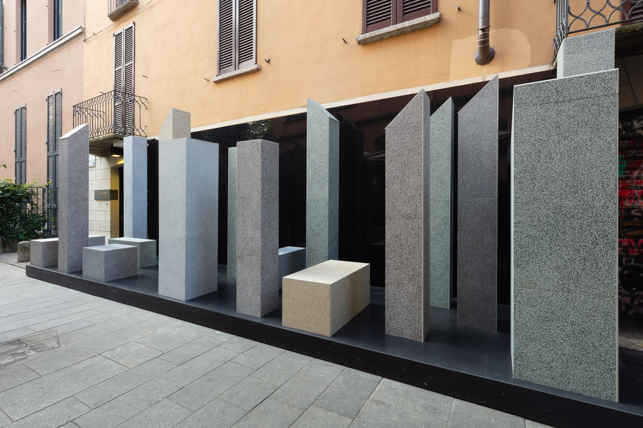 Cenografia criada por Ferruccio Laviani para LEA Ceramiche com porcelanatos que imitam pedras naturais italianas.