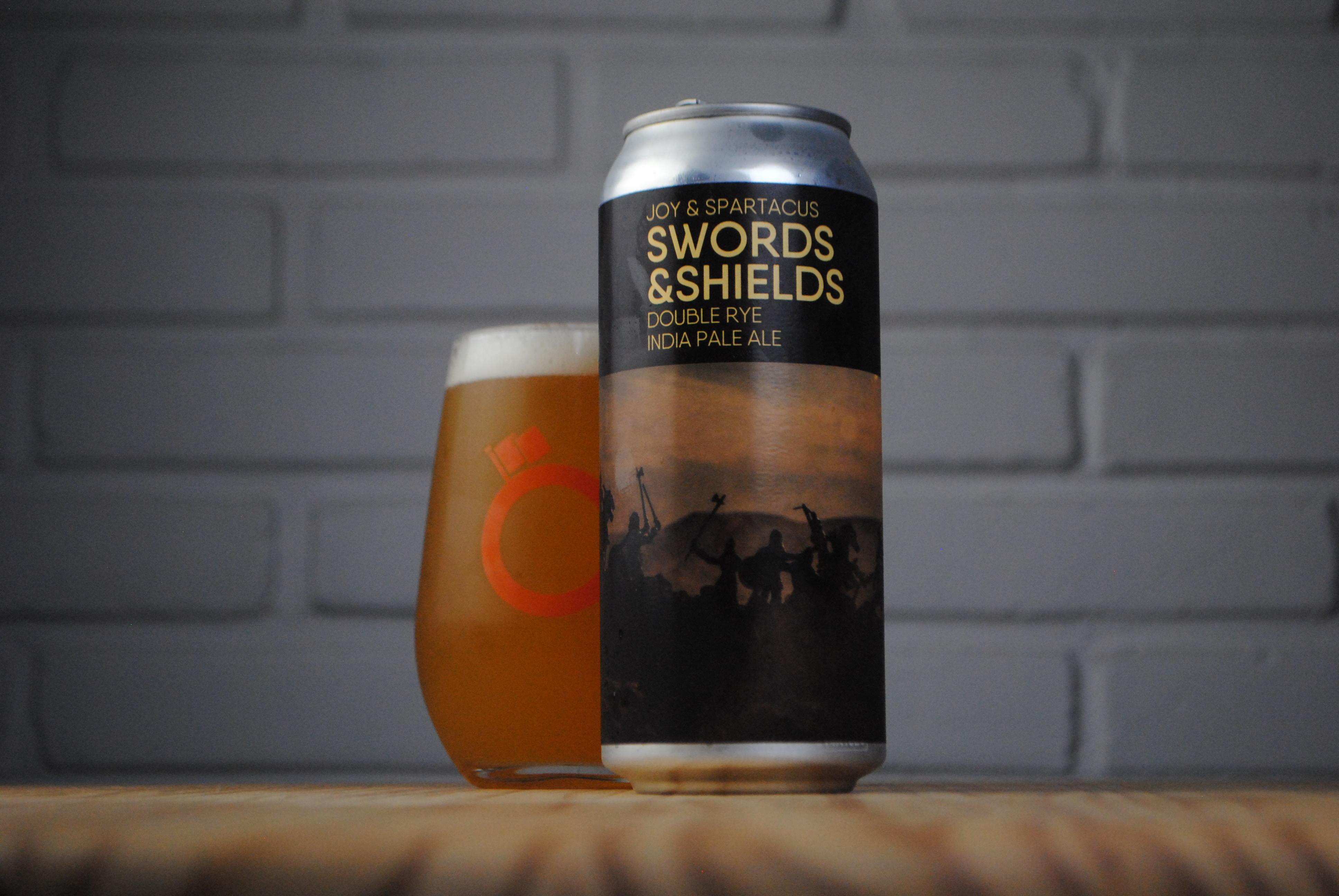 Swords & Shields, desenvolvida em parceria com a Spartacus Brewing, é uma Double Rye India Pale Ale.