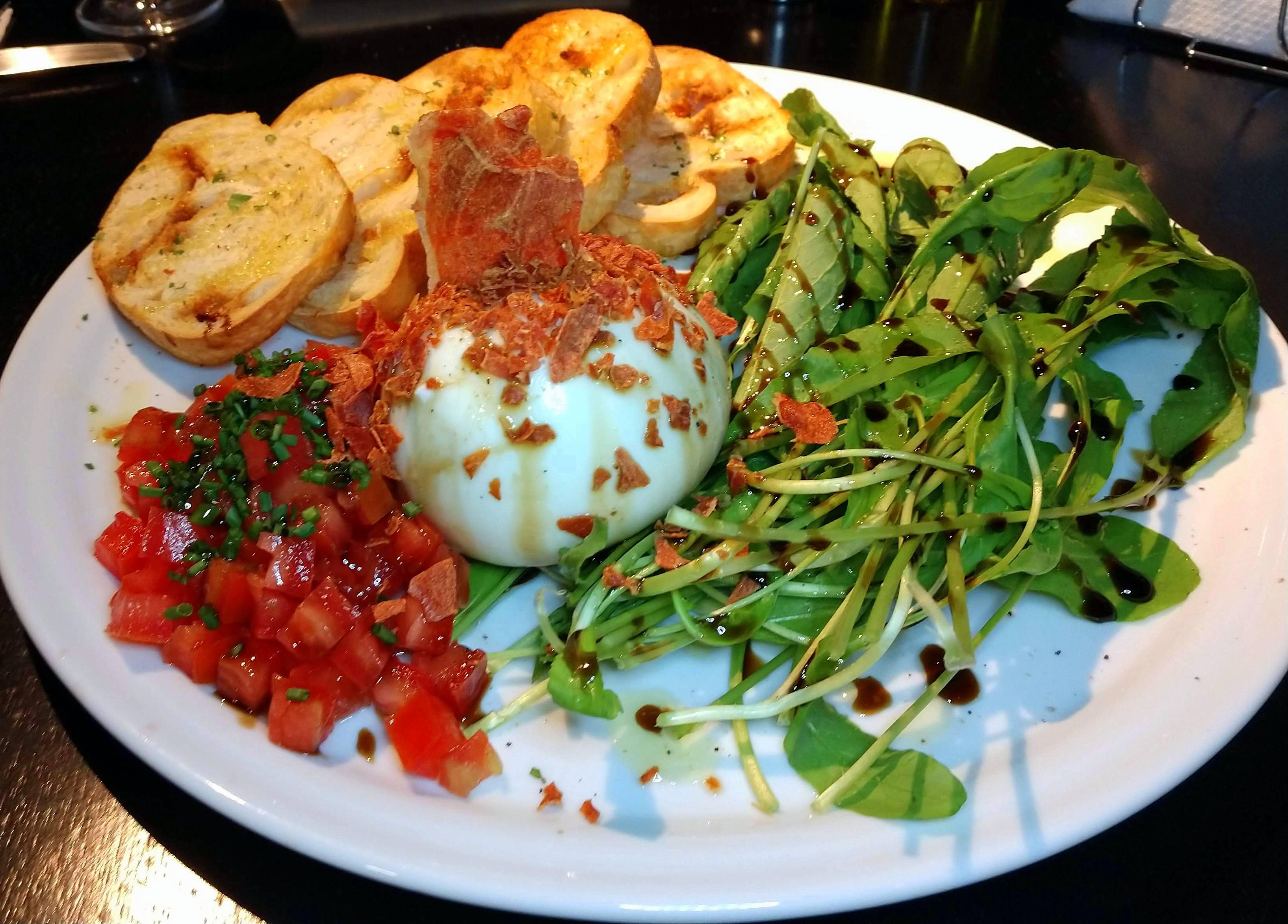 Burrata de búfala (com rúcula, presunto parma crispy, azeite de oliva, tomate, redução de aceto balsâmico e pão) - sugestão de entrada na Zahil.