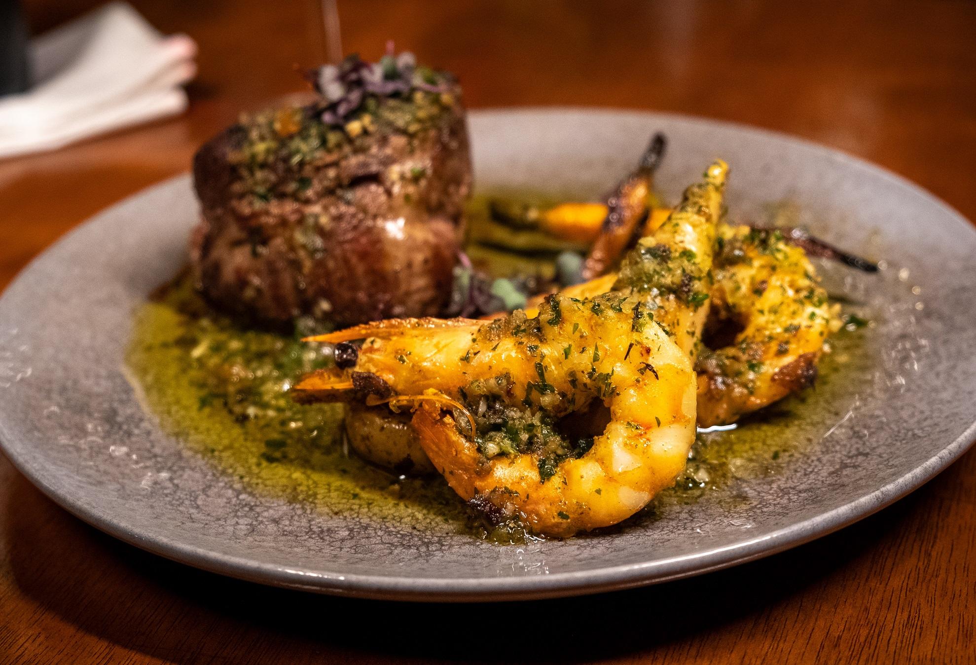 Mignon provençal Gianttura, com a carne grelhada, camarões também grelhados, lula recheada e legumes salteados. Mar e terra, ousado e criativo.