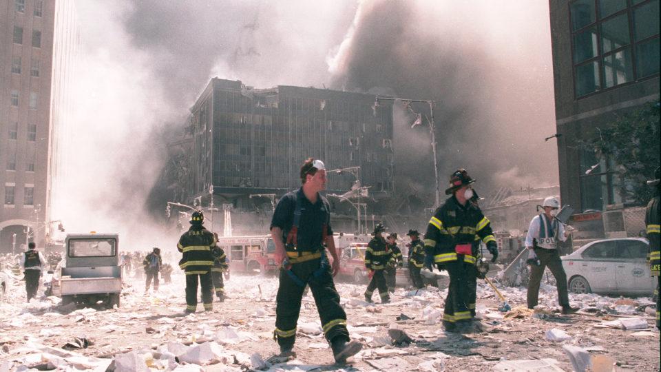 Bombeiros de Nova York trabalham perto da área conhecida como Ground Zero, após o colapso das Torres Gêmeas em 11 de setembro de 2001 na cidade de Nova York.