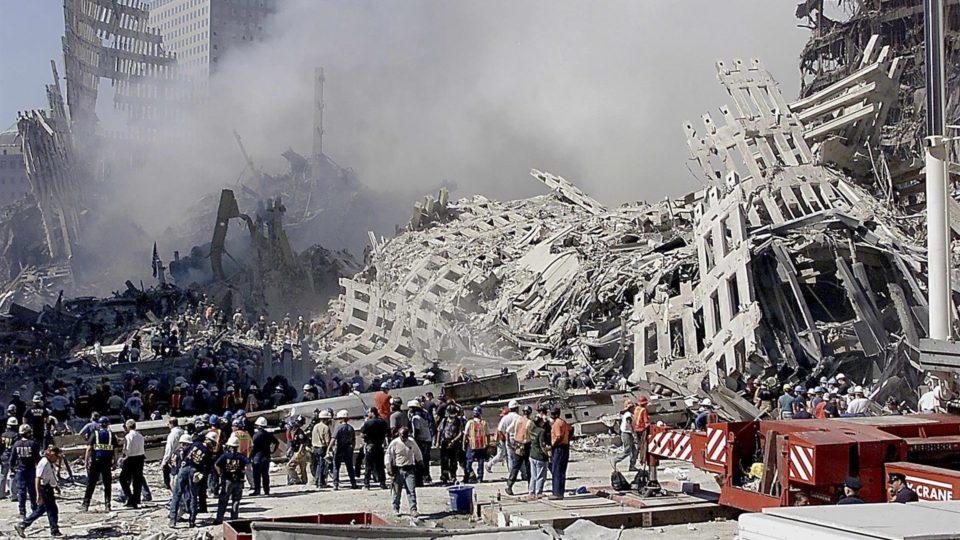 Bombeiros e profissionais de resgate fazem buscas nos escombros das torres do World Trade Center após atentado, 13 de setembro, Nova York