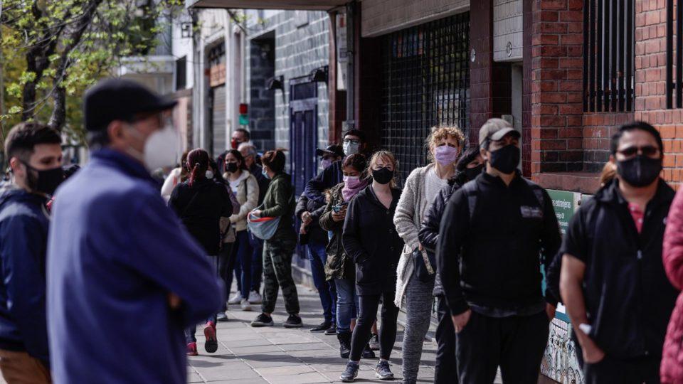 Cidadãos fazem fila em local de votação durante primárias para eleições legislativas em Buenos Aires, Argentina, 12 de setembro