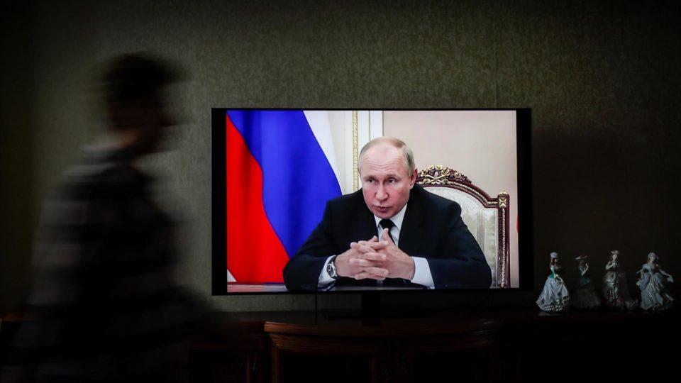 O presidente da Rússia, Vladimir Putin, terá que ficar em isolamento após a detecção de casos de Covid-19 em pessoas próximas