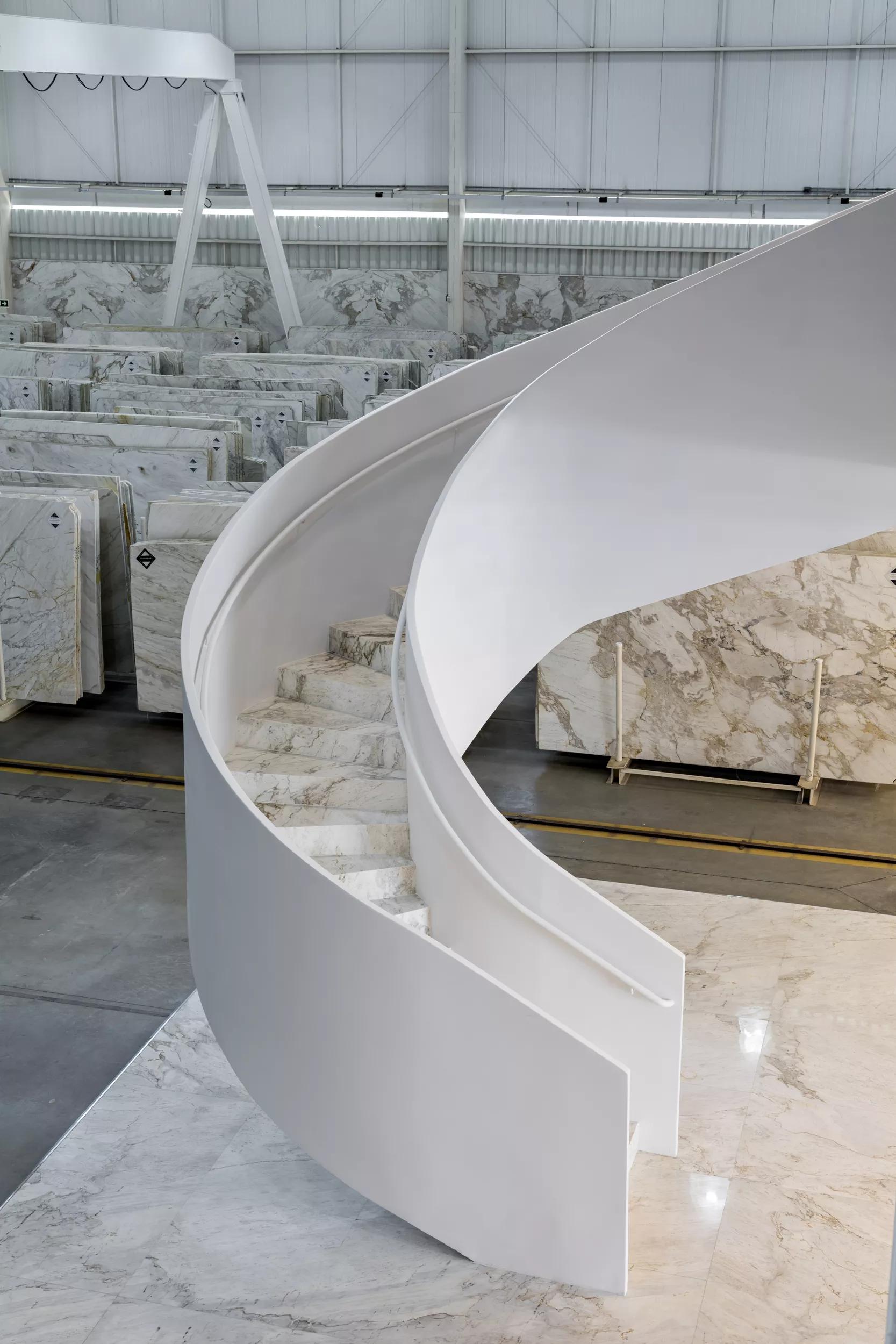 Escada escultural é um dos destaques do showroom da Michelangelo.