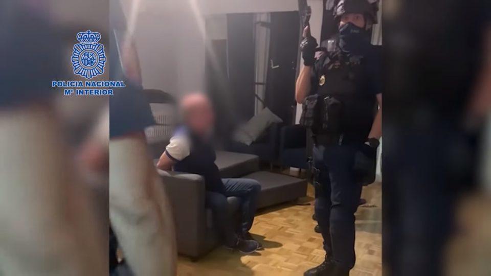 Vídeo da Polícia Nacional espanhola mostra momento da prisão de Carvajal (com o rosto borrado na imagem original)