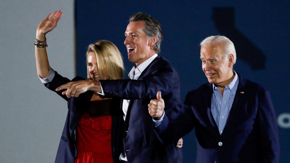 O governador da Califórnia, Gavin Newsom, ao lado de sua esposa, Jennifer Newsom, e do presidente dos EUA, Joe Biden, em evento em Long Beach na véspera do referendo sobre o mandato de Newson, 13 de setembro