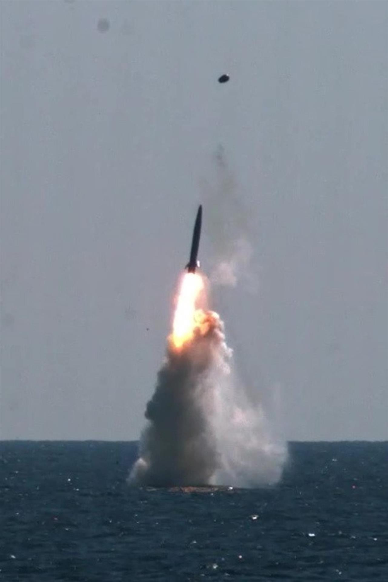Teste com o míssil balístico lançado por submarino da Coreia do Sul, disparado do submarino Dosan Ahn Chang-ho, da Marinha sul-coreana, 15 de setembro