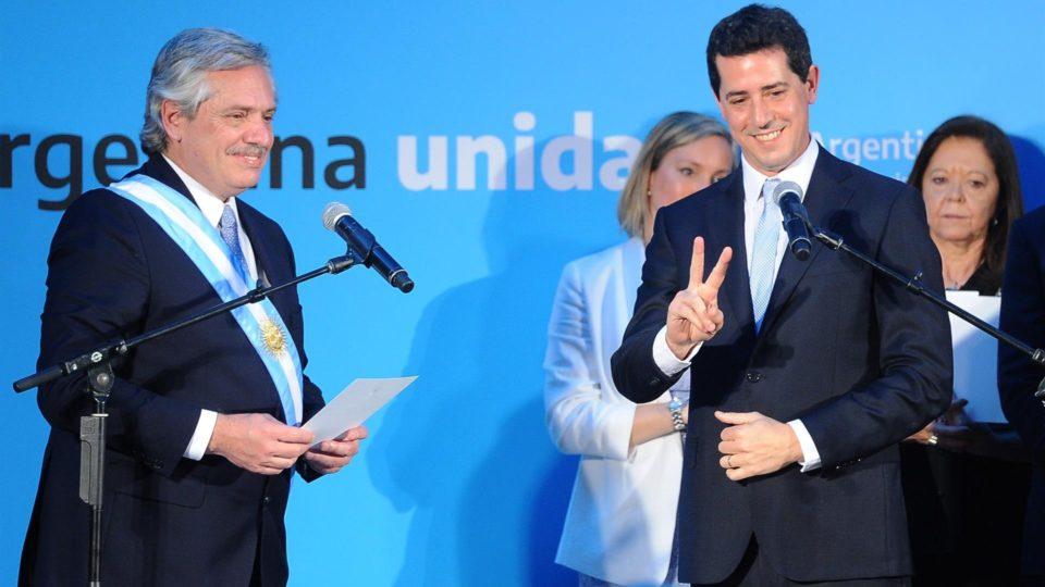 O ministro do Interior, Eduardo de Pedro (à direita), um dos que pediram demissão, ao lado de Fernández, em registro de 2019
