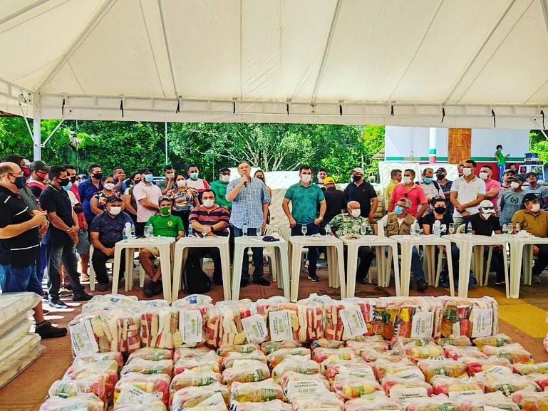 O deputado viajou em  voo fretado para entregar cestas básicas em Caapiranga e Beruri - Facebook/Reprodução
