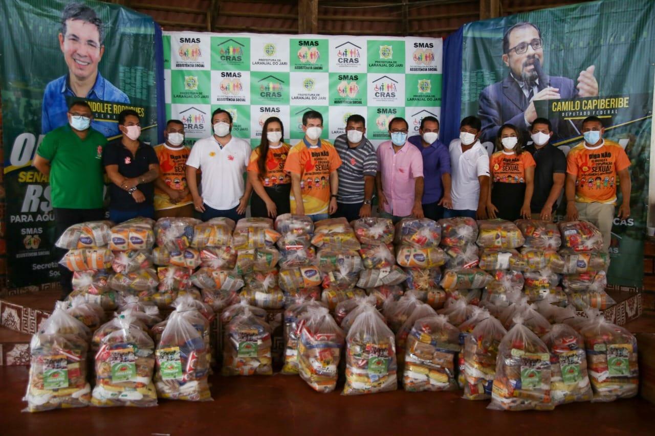 Randolfe Rodrigues alugou avião para entregar cestas básicas em Laranjal do Jari - Divulgação/Gabinete do senador