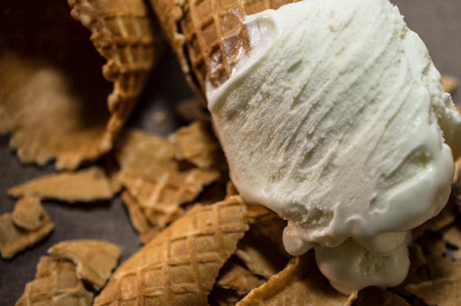 Na imagem alguns pedaços de casquinha e sorvete de creme.