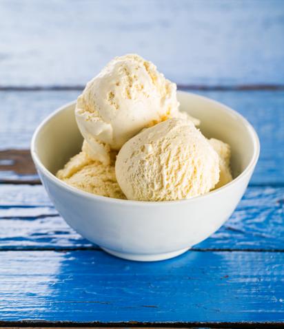 Na imagem, sorvete de baunilha em um recipiente.