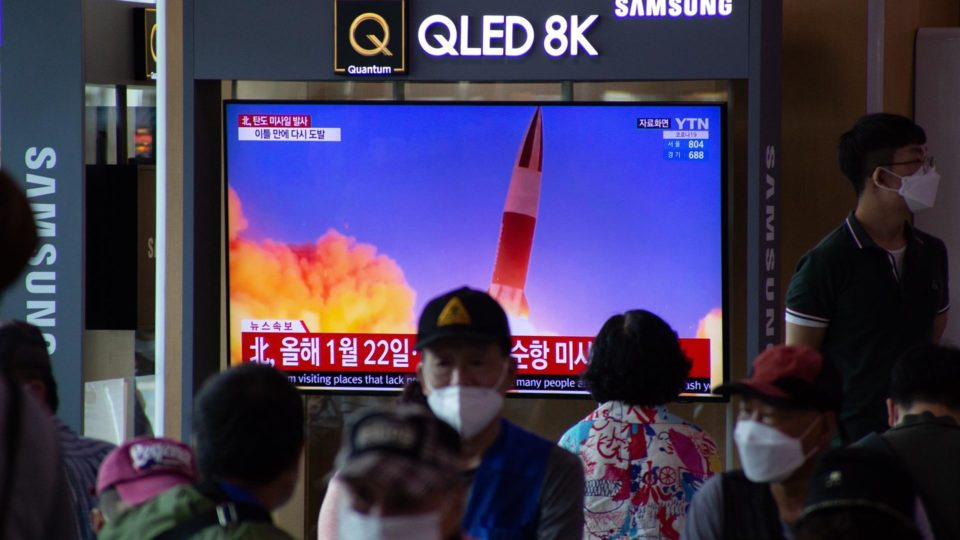 Pessoas em estação de trem em Seul, Coreia do Sul, assistem notícia sobre o lançamento de dois mísseis balísticos na Coreia do Norte, 15 de setembro