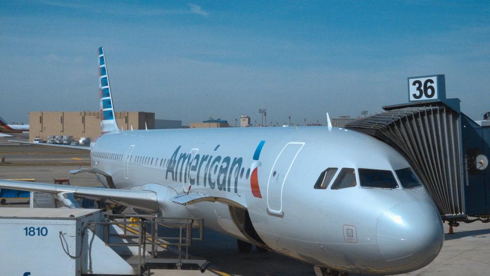 Avião da American Airlines no aeroporto de Dallas (EUA) em abril de 2017. Mãe e filho foram retirados de voo porque criança não estava de máscara