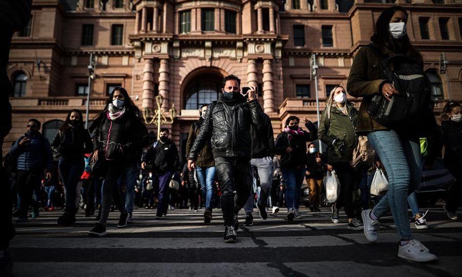 Pessoas caminham em frente a estação ferroviária em Buenos Aires, 24 de agosto
