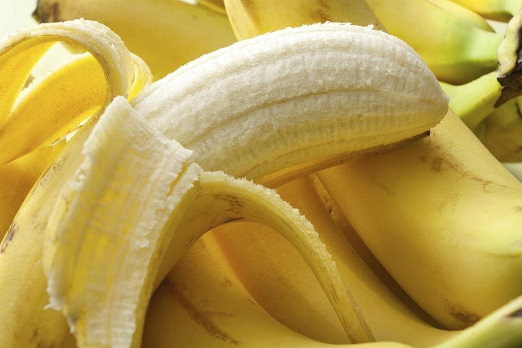 Na foto, banana fora da casca.