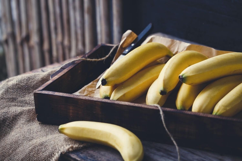 Bananas sobre a mesa.
