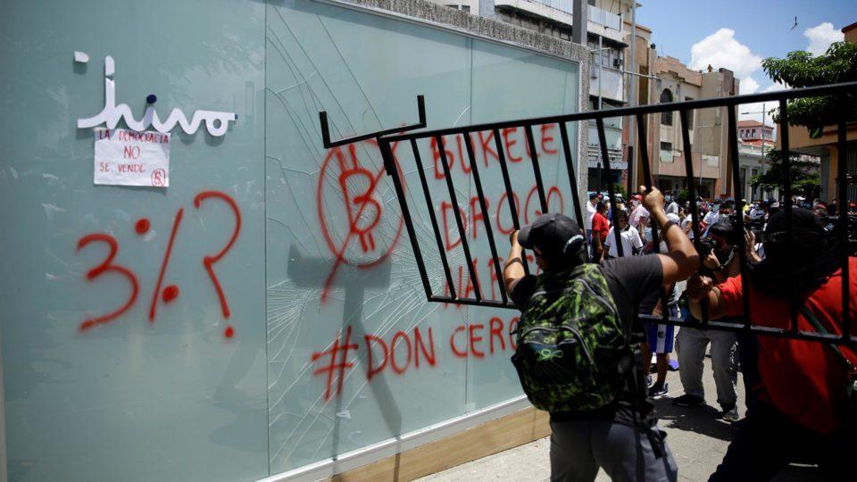 Manifestantes destroem quiosque com caixa eletrônico do aplicativo Chivo, que faz trocas de dólares e bitcoins, em protesto contra o governo em San Salvador, El Salvador, 15 de setembro