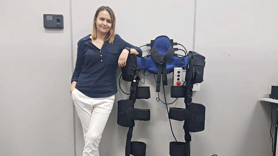 Na foto, a cientista com o exoesqueleto, a tecnologia auxilia pessoas com pouca mobilidade.