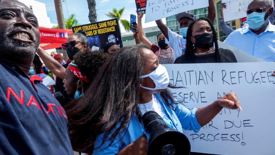 Protesto na Flórida, contra a deportação de haitianos acampados na fronteira entre Estados Unidos e México
