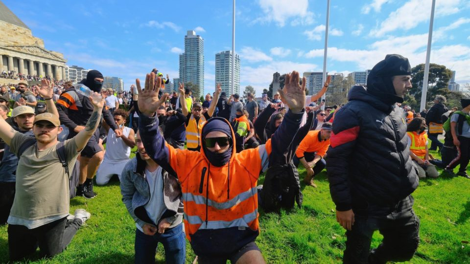 Manifestantes se ajoelharam na área de um memorial que homenageia os australianos que serviram e morreram em guerras