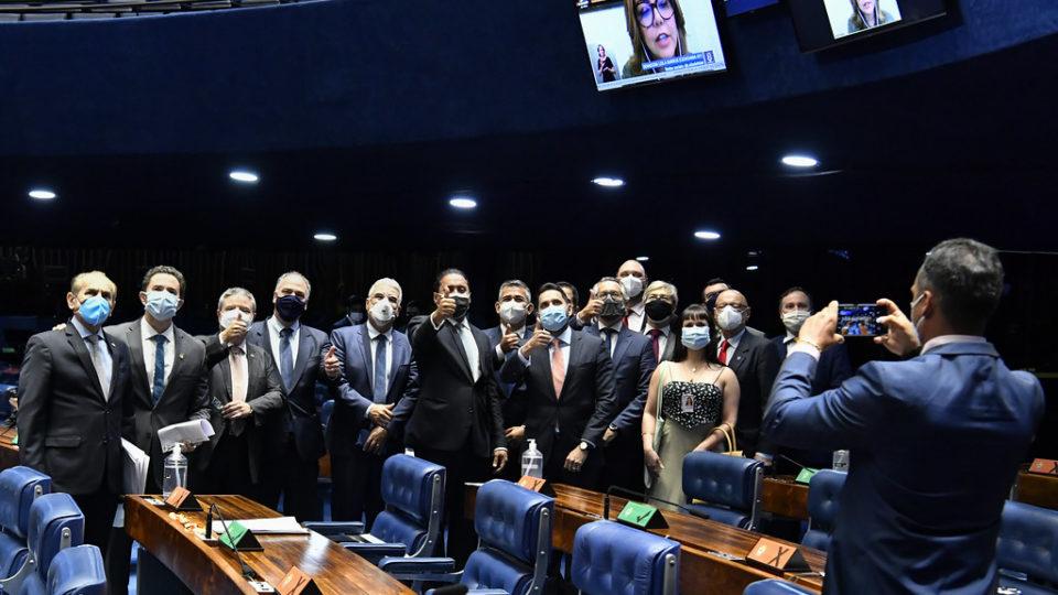 Senadores posam para foto com juízes presentes na sessão do Senado desta quarta-feira que aprovou criação do TRF da 6ª Região, com jurisdição em Minas Gerais.