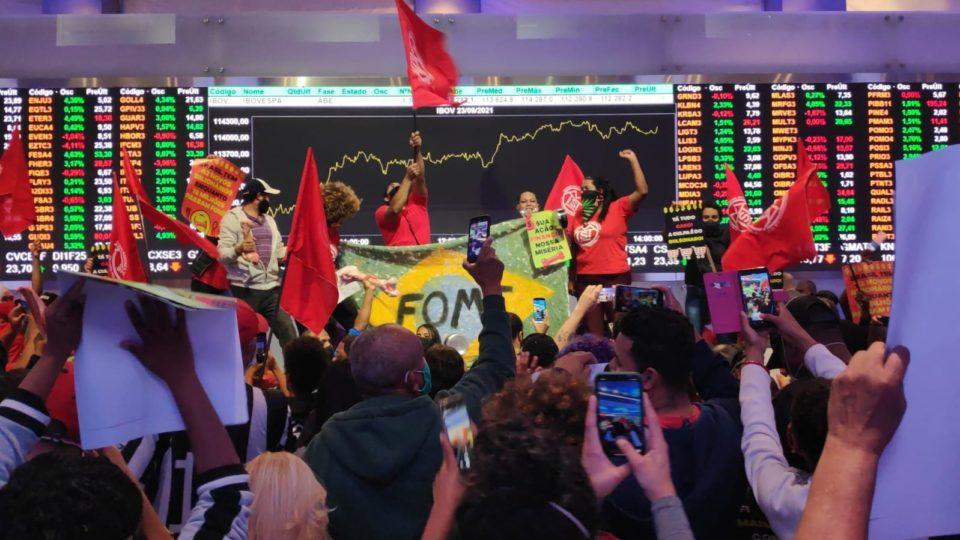 Manifestantes do MTST invadem Bolsa de Valores de São Paulo