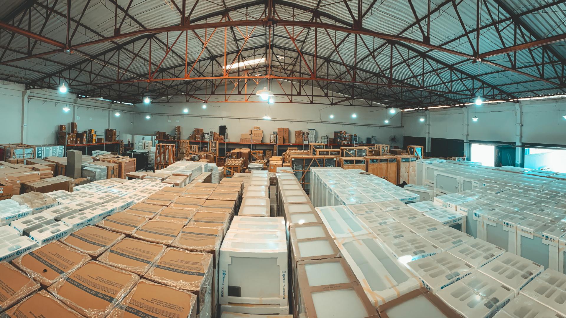 São mais de 5 mil opções de produtos em grandes quantidades, que são revendidas a mais de 5 mil clientes de norte a sul do Brasil.
