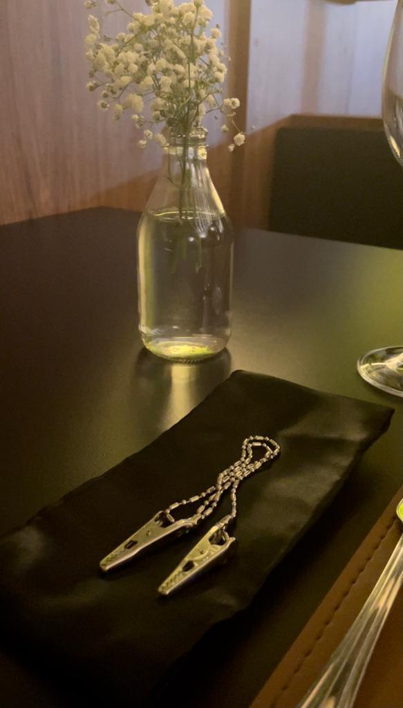 Sobre a mesa, a venda para os olhos. Foto: Gisele Rech