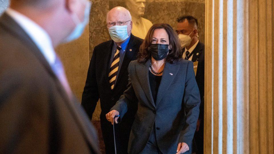 A presidente do Senado e vice-presidente dos EUA, Kamala Harris, chega para a votação do financiamento emergencial