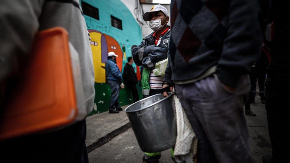 Pessoas aguardam para pegar comida num refeitório comunitário em Buenos Aires