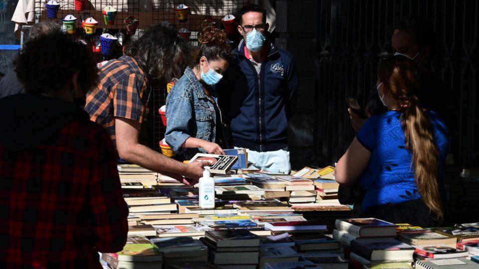 Clientes olham livros na Feira do Rastro, em Madri, Espanha, 26 de setembro, quando a feira retornou com 100% do vendedores que tinha antes da pandemia