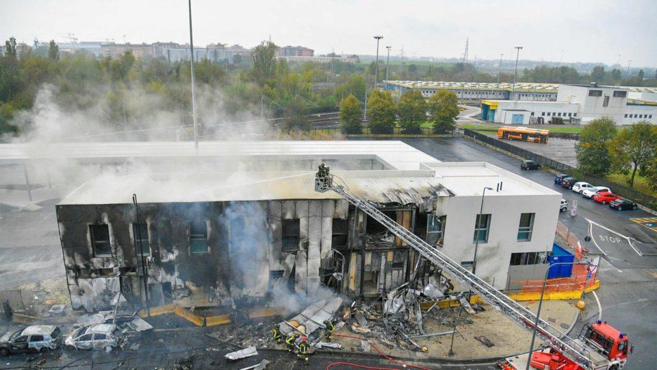 Bombeiros trabalham em prédio contra o qual um pequeno avião se chocou, matando as oito pessoas a bordo, em Milão, Itália, 3 de outubro