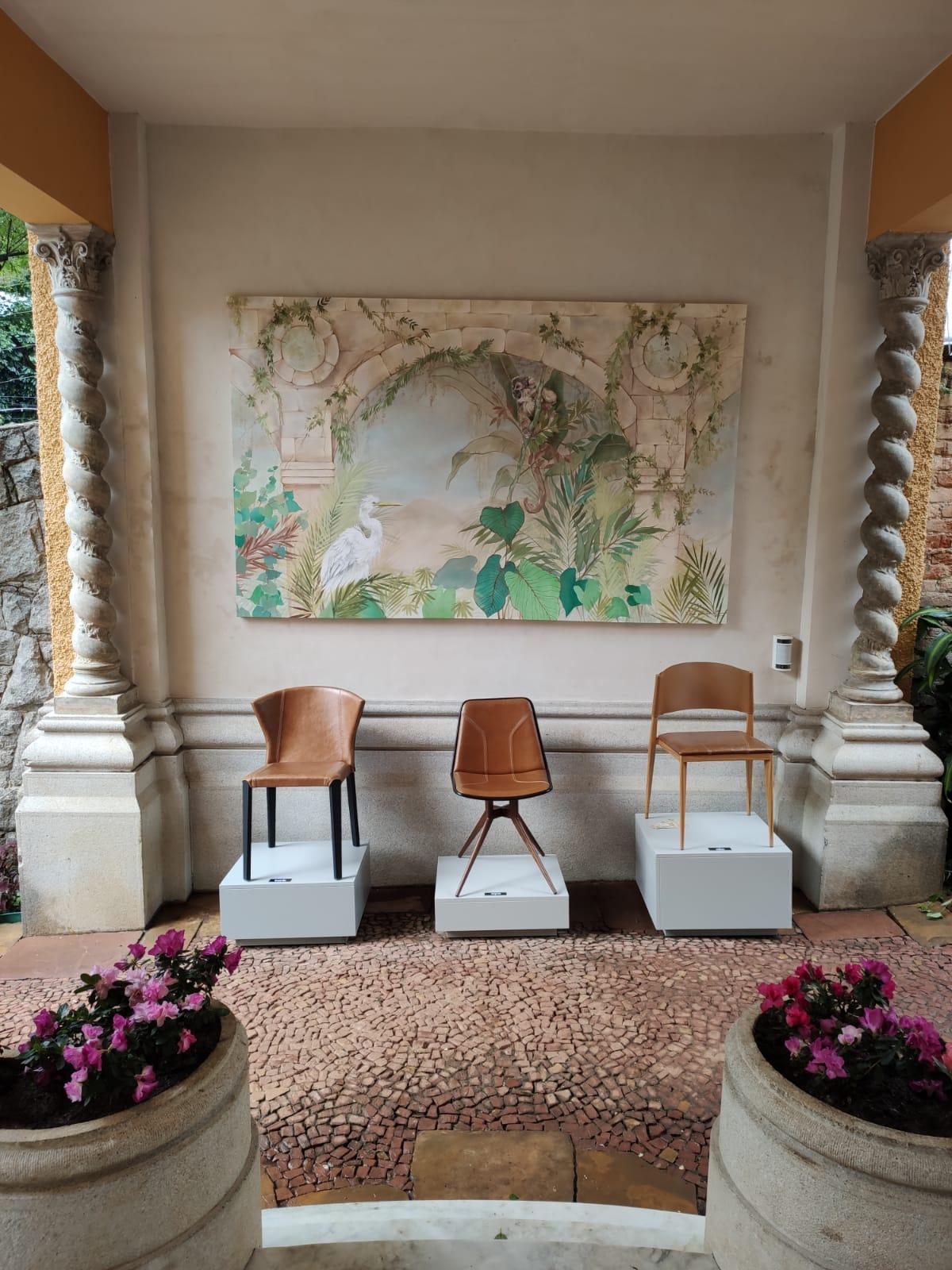Peças contemporâneas em contraste com a arquitetura clássica do casarão de 1930.
