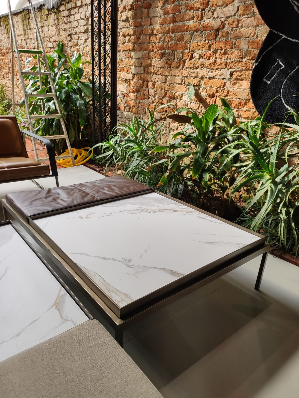 Mesa White com banquinho e superfície de cerâmica.