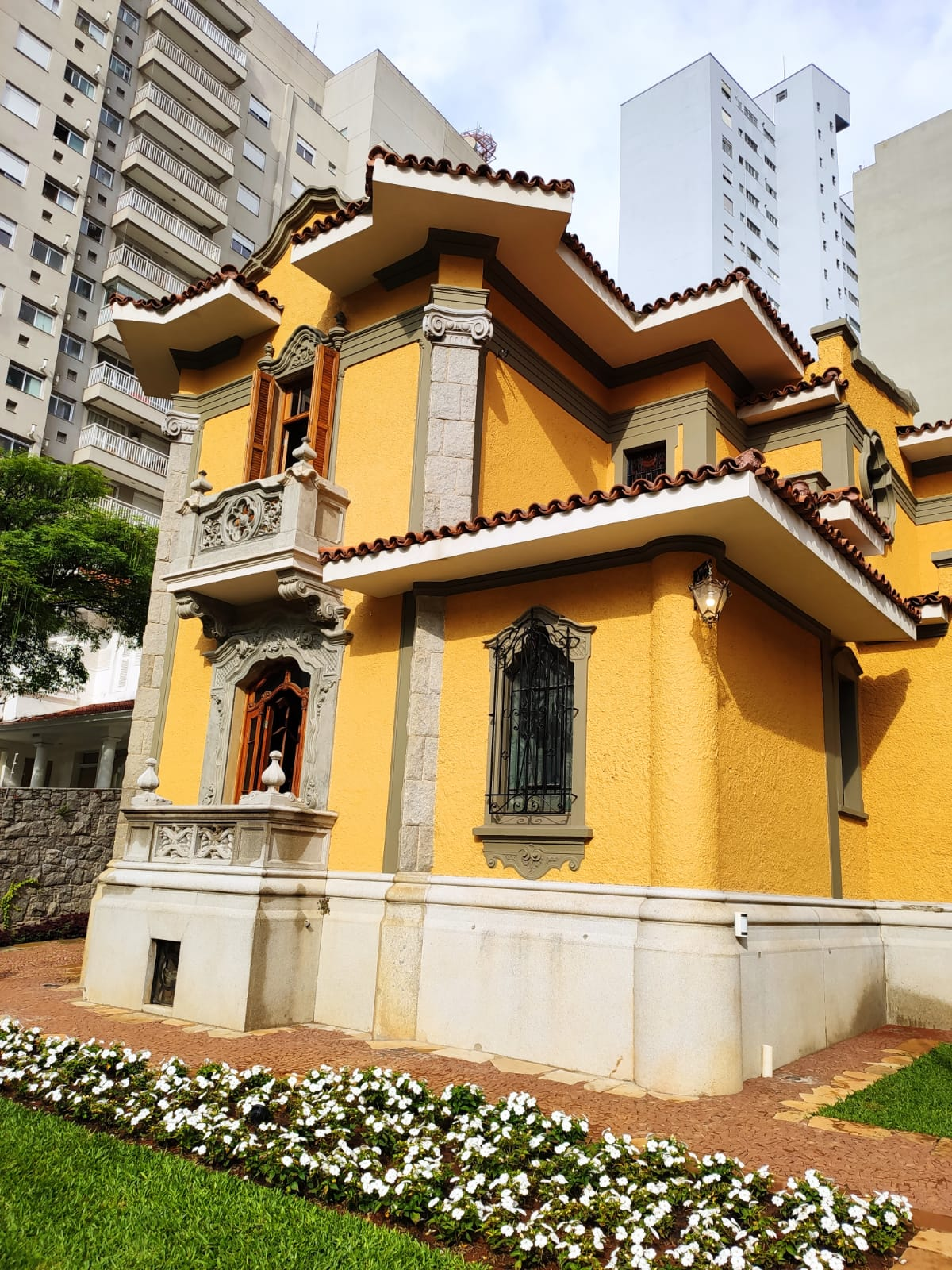 Casa histórica de 1930, a duas quadras da Avenida Paulista, reabre como fundação cultural e hub de design durante a DW! 2021.