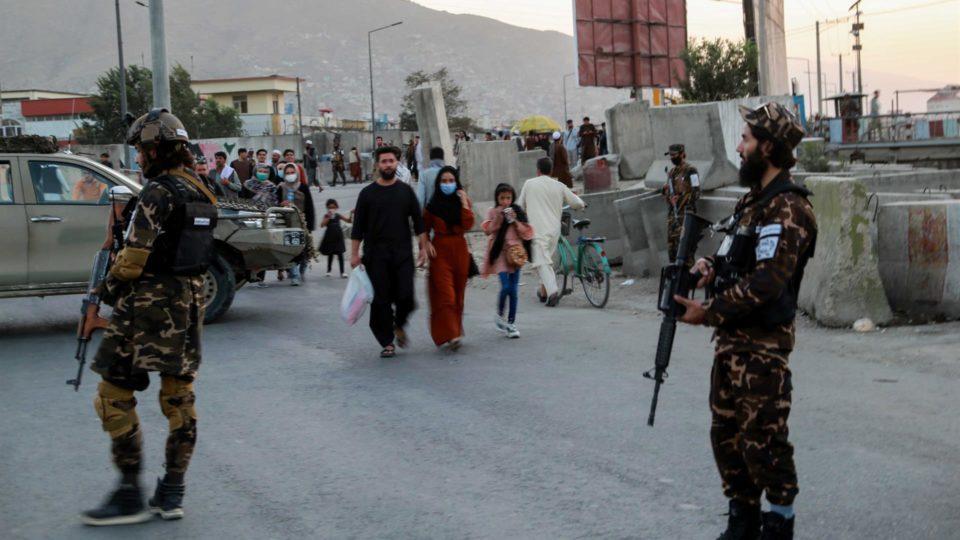 Guardas do Talibã monitoram local de explosão que matou ao menos cinco pessoas em frente a uma mesquita em Cabul, Afeganistão, 3 de outubro