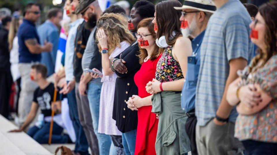 Manifestantes contra o aborto se reúnem em frente à Suprema Corte dos EUA no primeiro dia do novo termo da corte, em Washington, 4 de outubro