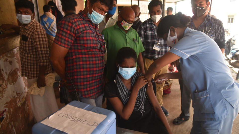Vacinação contra a Covid-19 na Índia: subnotificação de casos e mortes é grande no país